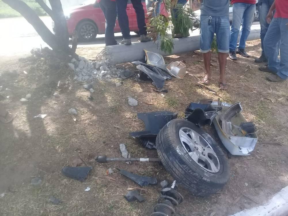 Photo of Veículo fica destruído após derrubar poste durante acidente em São Luís