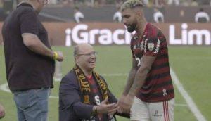 Witzel governador do Rio se ajoelha após vitória do Flamengo e Gabigol o ignora