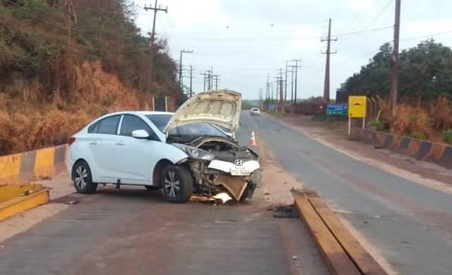 Photo of Carro bate de frente com divisor de pista e interdita acesso a BR-135, em São Luís