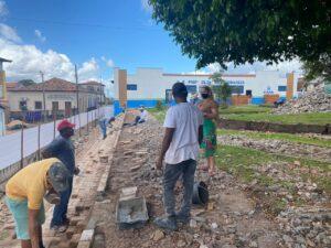 Deputada Mical Damasceno acompanha obra de revitalização de praça no centro de Viana