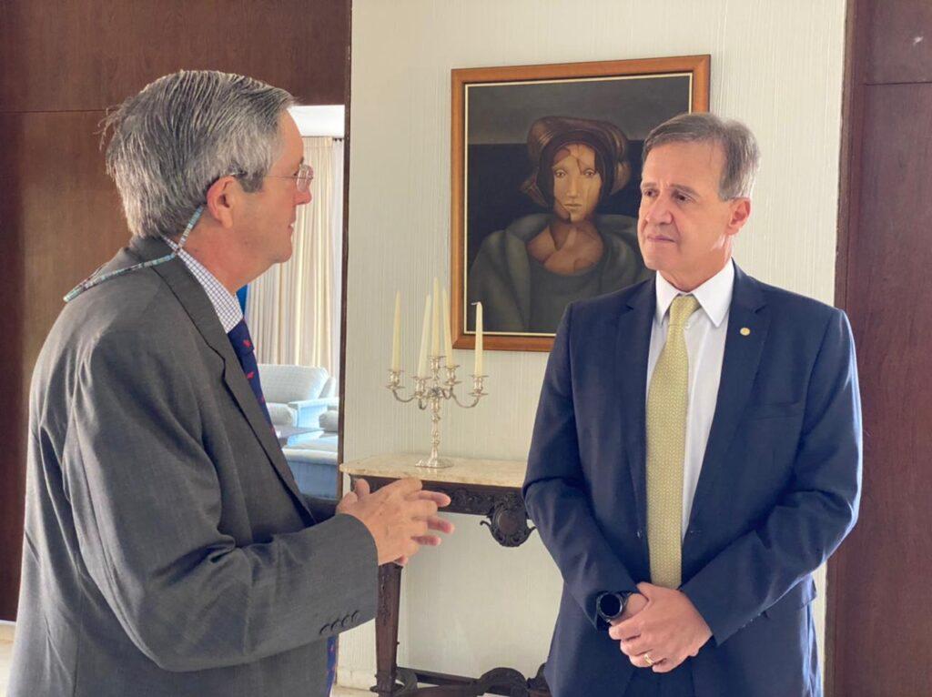 Aluísio Mendes debate acordo de livre comércio com embaixador chileno