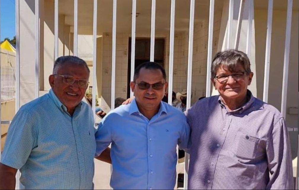 Políticos fazem pose para foto em frente a um velório em Riachão no Maranhão